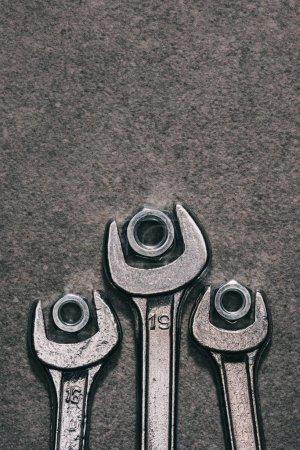 Widok z góry klucze i orzechy na powierzchni szary