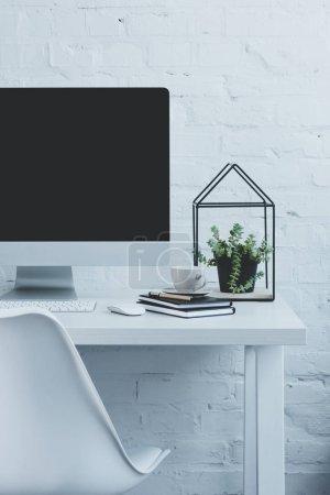 Photo pour Ordinateur et tasse de café sur la table en milieu de travail moderne - image libre de droit