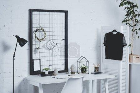 Photo pour Table de bureau de travail avec les plantes et les fournitures de bureau - image libre de droit
