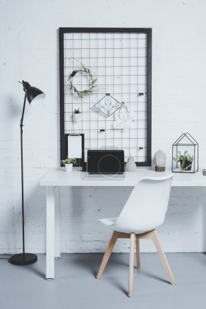 Photo pour Ordinateur portable avec écran vierge et plantes sur la table dans le bureau moderne - image libre de droit