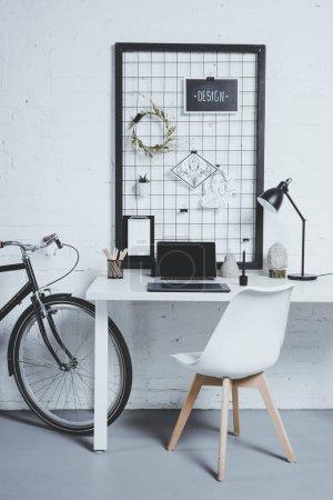 Photo pour Ordinateur portable avec un écran blanc sur table bureau moderne - image libre de droit