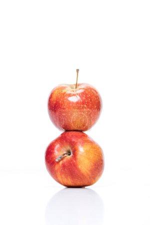 Nahaufnahme von reifen Äpfeln isoliert auf weiß