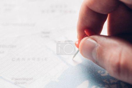 Photo pour Vue partielle de l'homme mettre broche sur la carte, concept de voyage - image libre de droit