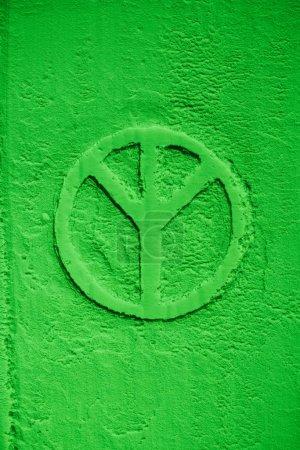 Photo pour Vue de dessus du symbole de greenpeace dans la farine verte - image libre de droit