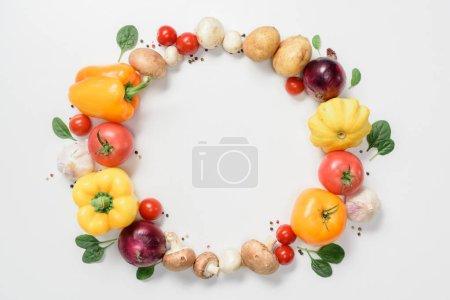 Foto de Vista superior del círculo de verduras delicioso maduros aislado en blanco - Imagen libre de derechos