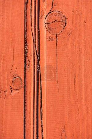 gros plan d'une clôture en bois orange avec fissures