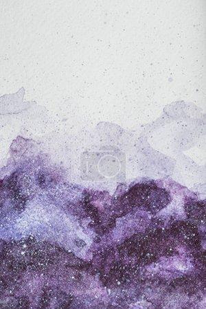 Photo pour Peinture à l'espace avec une peinture aquarelle violette sur fond blanc - image libre de droit