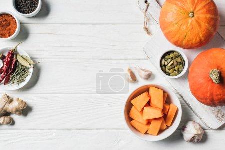 vue de dessus d'épices, de citrouilles, de l'ail et de planche à découper sur la table