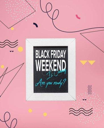 Tableau noir dans un cadre blanc avec noir week-end vendredi est à venir, vous êtes prêt