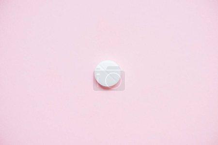 Draufsicht auf weiße medizinische Pille auf rosa Oberfläche