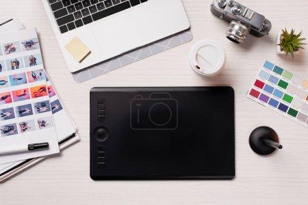 bureau avec ordinateur portable, tablette graphique, stylo et fournitures concepteur, plat poser