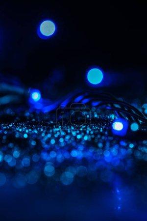 Photo pour Texture rougeoyante abstraite avec des paillettes bleu et bokeh - image libre de droit