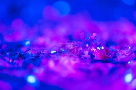 Foto de Fondo de Navidad con brillo violeta ultra brillante y copo de nieve decorativo - Imagen libre de derechos