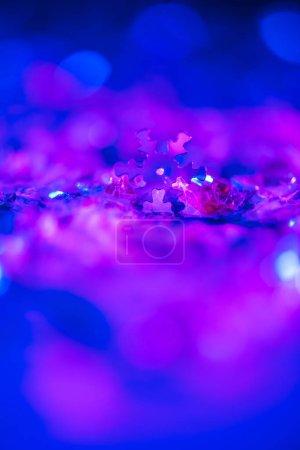 Foto de Brillante fondo de Navidad con brillo violeta ultra y copo de nieve decorativo - Imagen libre de derechos
