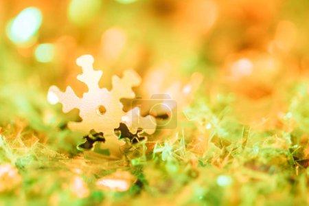 Foto de Abstracta fondo de Navidad con brillo naranja y copo de nieve decorativo - Imagen libre de derechos