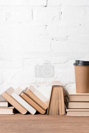 Foto de Libros y café disponible en la mesa de madera - Imagen libre de derechos