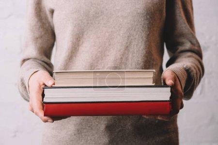 Photo pour Section médiane de jeunes femmes tenant des livres - image libre de droit