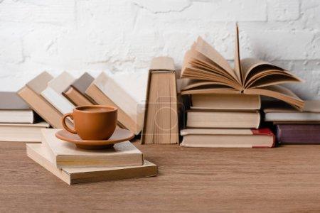 Photo pour Livres et tasse de café sur table en bois - image libre de droit