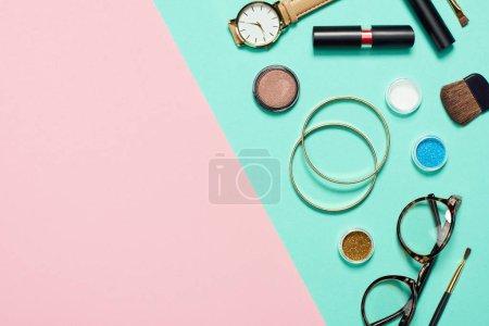 Photo pour Vue de dessus du mascara, montre, rouge à lèvres, bracelets, fard à paupières, fard à joues, lunettes et pinceaux cosmétiques - image libre de droit