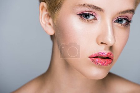 Foto de Hermosa mujer con estilo brillante maquillaje mirando a cámara aislada en gris - Imagen libre de derechos