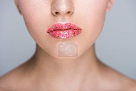 Photo pour Image recadrée de femme avec des paillettes sur les lèvres isolé sur fond gris - image libre de droit