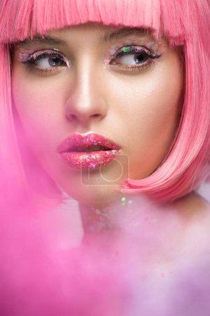 Photo pour Jolie femme avec les cheveux roses et le maquillage avec des paillettes à la recherche de suite - image libre de droit