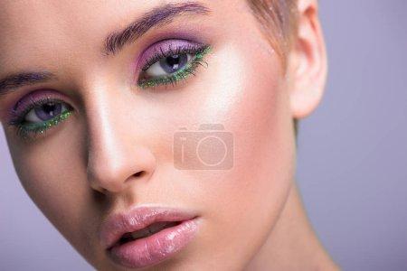 Photo pour Headshot de belle femme avec maquillage violet isolé sur violet - image libre de droit