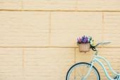 """Постер, картина, фотообои """"белый велосипедов с красивыми цветами в корзинке возле стены"""""""