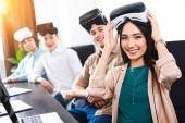 """Постер, картина, фотообои """"многонациональное деловых партнеров с виртуальной реальности наушники столом с ноутбуками в современном офисе"""""""