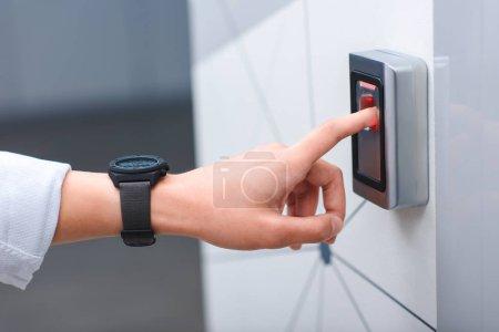 Photo pour Image recadrée de l'homme avec bracelet bouton-poussoir de l'ascenseur - image libre de droit