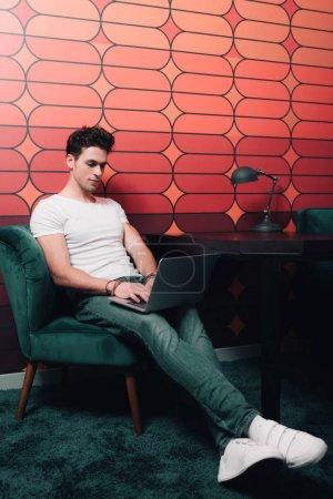 Photo pour Jeune homme d'affaires travaillant avec ordinateur portable au bureau moderne - image libre de droit