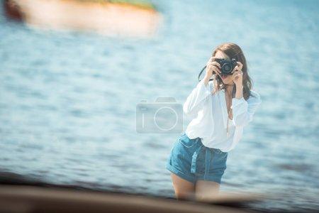 Photo pour Photo prise de fille de voiture près de la mer au cours du voyage sur la route - image libre de droit