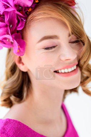 Photo pour Portrait en gros plan de belle jeune femme en couronne florale souriant avec les yeux fermés - image libre de droit