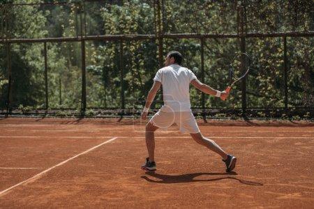 Photo pour Joueuse de tennis jeunes prêt à servir sur Cour en plein air - image libre de droit