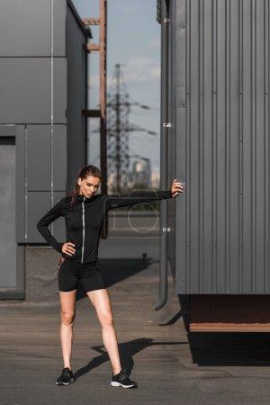 Photo pour Jeune sportive fatiguée debout en vêtements de sport - image libre de droit