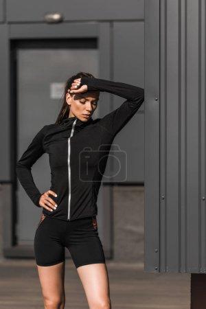 Photo pour Fatigué jeune sportive en vêtements de sport dans la ville - image libre de droit
