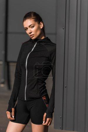 Photo pour Belle sportive jeune posant dans des vêtements thermiques - image libre de droit