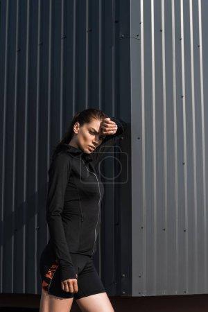 Photo pour Jeune sportive dans des vêtements thermiques noirs - image libre de droit