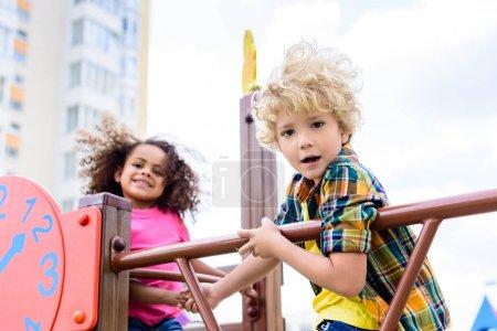 Foto de Enfoque selectivo de dos niños multiétnicos que se divierten en el patio - Imagen libre de derechos