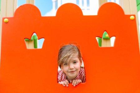 Photo pour Portrait d'adorable petit enfant souriant regardant la caméra à playgorund - image libre de droit