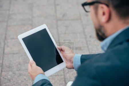 Photo pour Recadrée de l'homme à l'aide de tablette numérique avec écran blanc - image libre de droit