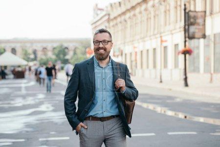 Photo pour Heureux homme élégant en promenade dans la ville de veste - image libre de droit