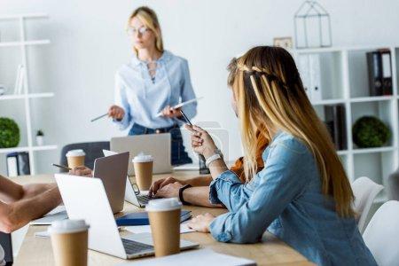 commandes de chef équipe devant des collègues de travail au bureau de projet de démarrage