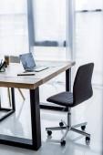 ordinateur portable et jetable tasse à café sur la table au bureau d'affaires