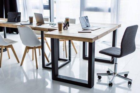 Photo pour Intérieur du bureau d'affaires avec des ordinateurs portables sur les tables - image libre de droit