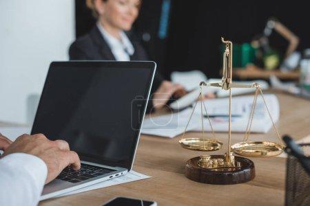 Photo pour Cropped image du financier travaillant avec portable à table dans le Bureau - image libre de droit