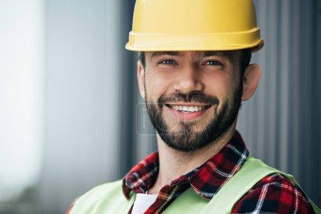 Photo pour Portrait du travailleur souriant masculin en casque jaune - image libre de droit