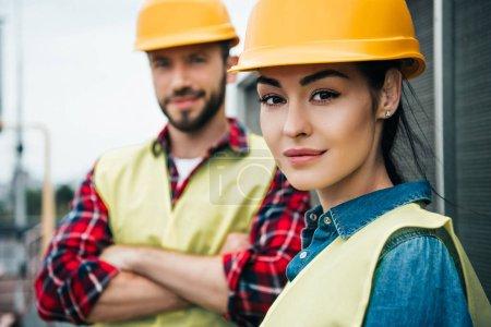 Foto de Enfoque selectivo de profesionales ingenieros en cascos - Imagen libre de derechos