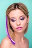 """Постер, картина, фотообои """"макро портрет привлекательной молодой женщины с стильный макияж и фиолетовые волосы прядь, изолированные на синий"""""""