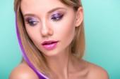 """Постер, картина, фотообои """"макро портрет красивой молодой женщины с стильный макияж и фиолетовые волосы прядь, изолированные на синий"""""""